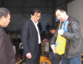 省农机局局长杨大海和李总交谈